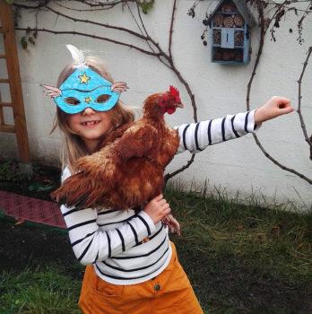 Photo de Enora et Miel la poule